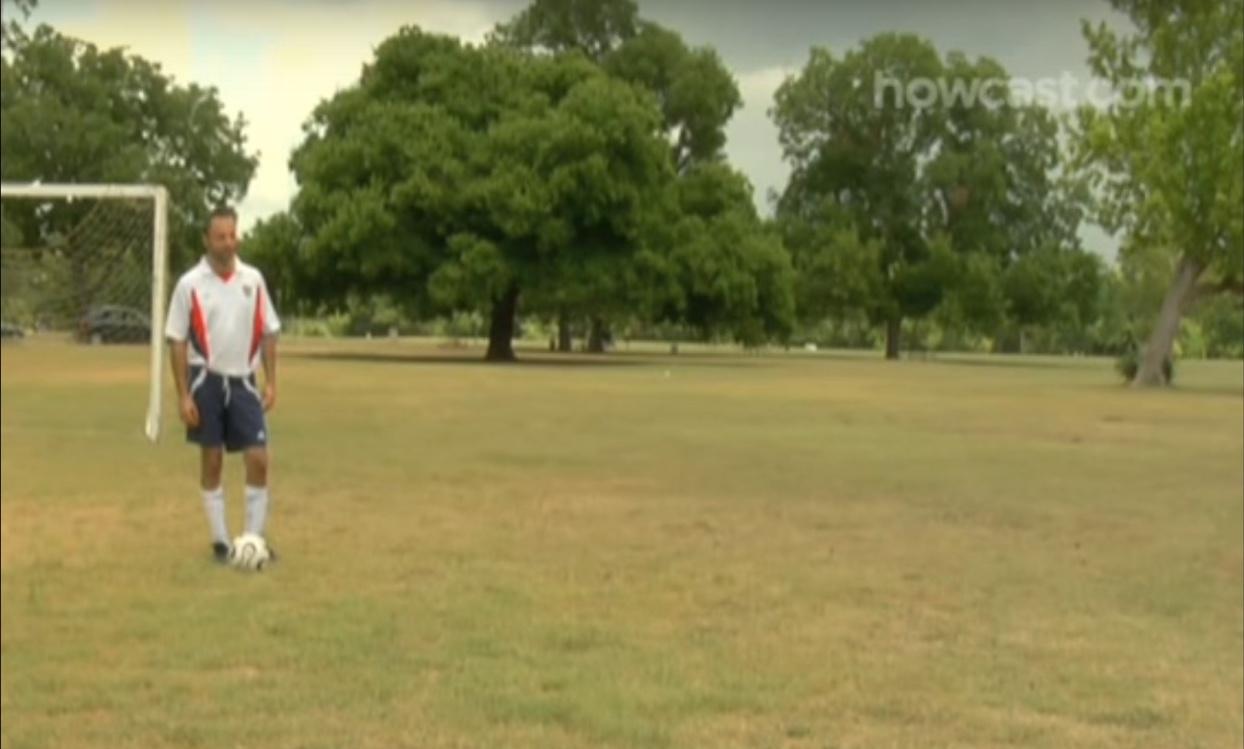 Assista alguém a jogar um dos desportos mais populares do mundo, futebol!