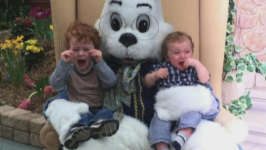 Плачущие дети с Пасхальным кроликом
